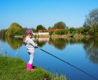 рыбная ловля девушки в реке Стоковая Фотография