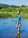 Рыбная ловля девушки на реке Стоковое Изображение