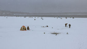 Рыбная ловля зимы в Shlisselburg Стоковые Изображения RF