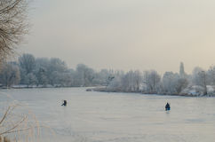 Рыбная ловля зимы на замороженном озере Стоковые Фотографии RF