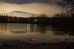 Рыбная ловля карпа двигая под углом на ноче с загоренными сигналами тревоги Стоковое Изображение