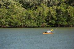 Рыбная ловля каяка в болотистых низменностях Стоковые Изображения RF