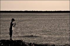 Рыбная ловля маленького ребенка стоковые фото