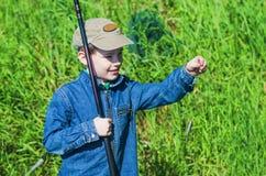 Рыбная ловля мальчика в лете Стоковое Изображение RF