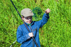 Рыбная ловля мальчика в лете Стоковые Изображения RF
