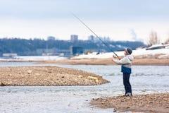Рыбная ловля мальчика на закручивать на реку Стоковое Изображение