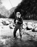 Рыбная ловля молодой женщины в реке (все показанные люди более длинные живущие и никакое имущество не существует Гарантии поставщ стоковые фотографии rf