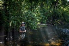 Рыбная ловля мухы девочка-подростка Стоковые Изображения RF