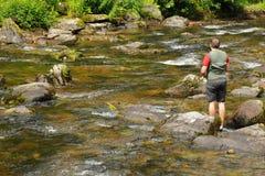Рыбная ловля мухы на реке Lyn, Девоне Стоковое Изображение