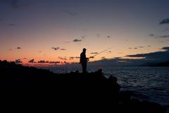 Рыбная ловля ночи на взморье Стоковые Фотографии RF