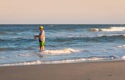 Рыбная ловля прибоя человека стоковое изображение rf