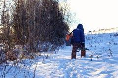 Рыбная ловля прогулки рыболова зимы Стоковые Изображения