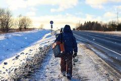 Рыбная ловля прогулки рыболова зимы Стоковая Фотография RF