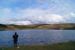 рыбная ловля рыболова на озере в России стоковая фотография