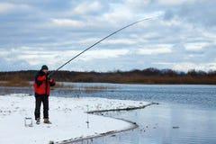 Рыбная ловля рыболова на реке стоковые фотографии rf
