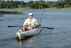 Рыбная ловля человека в каяке Стоковые Изображения RF