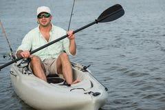 Рыбная ловля человека в крупном плане каяка Стоковая Фотография RF