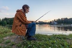 Рыбная ловля человека на рыболовной удочке Стоковое Изображение
