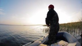 Рыбная ловля человека от шлюпки видеоматериал