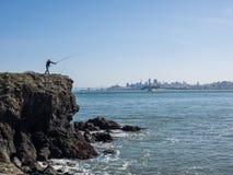 Рыбная ловля человека с горизонтом стоковое фото