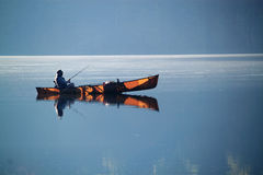 Рыбная ловля шлюпки озера стоковые изображения