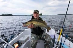 Рыбная ловля шлюпки после walleye стоковая фотография