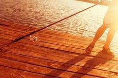 Рыбная ловля Relax на заходе солнца на летний день Стоковые Изображения