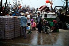 Рыбный базар и гавань при при locals продавая задвижку стоковое изображение