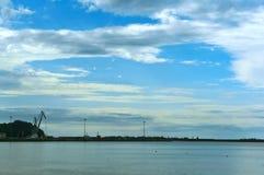 Рыбный порт моря в расстоянии, рыбном порте Балтийского моря и белых облаках над морем Стоковая Фотография