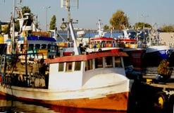 Рыбный порт obrzeg 'KoÅ, резцы причаленные к причалу стоковое фото rf