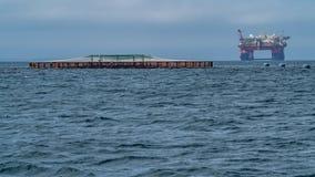 Рыбоводческое хозяйство и нефтяная платформа Оркнейские острова, Шотландия стоковые изображения