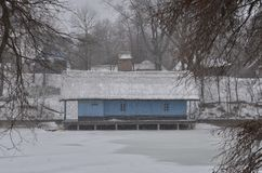 Рыбозавод во время сильного снегопада стоковые фотографии rf