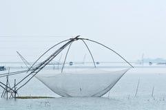Рыбозавод используя бамбуковую квадратную ловушку погружения стоковая фотография