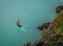 Рыболовецкое судно в заливе Стоковые Фото