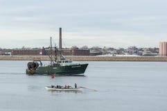 Рыболовецкое судно проходя whaleboat Стоковая Фотография RF