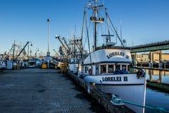 Рыболовная лодка промышленного рыболовства состыковала на стержне ` s рыболова в Сиэтл Вашингтоне стоковая фотография rf
