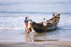 Рыболовная сеть с много рыболовов на задней стороне Пляж Odayam, Varkala, Индия Стоковые Изображения