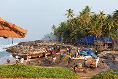 Рыболовная сеть с много рыболовов на задней стороне Пляж Odayam, Varkala, Индия Стоковое Фото