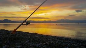 Рыболовная удочка близкая вверх против драматического захода солнца акции видеоматериалы