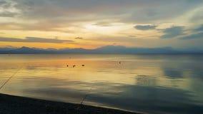 Рыболовная удочка против захода солнца Красивый спокойный вечер на Loutraki в Греции акции видеоматериалы
