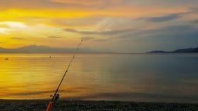 Рыболовная удочка против захода солнца Красивый спокойный пейзаж акции видеоматериалы