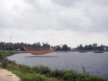 Рыболовные сети над рекой с облачным небом overcast стоковое изображение rf