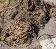 рыболовные сети старые Старая веревочка переплетенная и связанная в пачке на грубой деревянной предпосылке Стоковая Фотография RF
