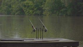Рыболовные снасти под дождем сток-видео