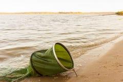 Рыболовные удочки и рыболовные принадлежности на побережье речном береге, озере Стоковое Изображение RF