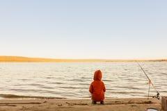 Рыболовные удочки и рыболовные принадлежности на побережье речном береге, озере Стоковые Фото