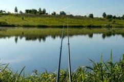 Рыболовные удочки на озере предпосылки стоковое фото rf