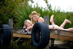 Рыболовство семьи на озере Стоковое Изображение RF