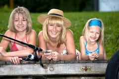 Рыболовство семьи на озере Стоковая Фотография