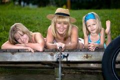 Рыболовство семьи на озере Стоковое Изображение